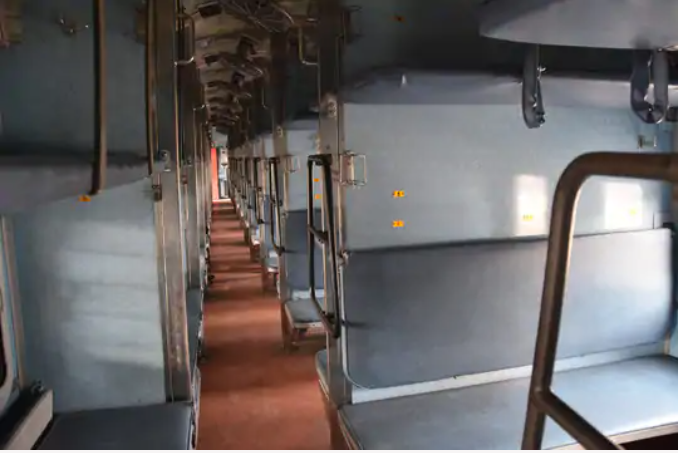 Delhi is away from the fear of Corona, trains have left empty