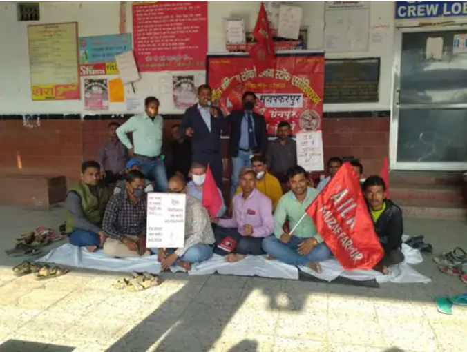 Protest at junction against privatization of railways